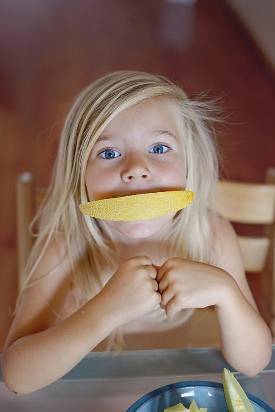 Lorena comendo melão-copy